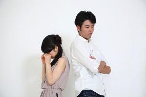 男性の横で泣く女性