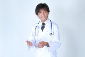 薬を持つ医師