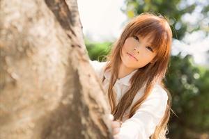 木の影の少女