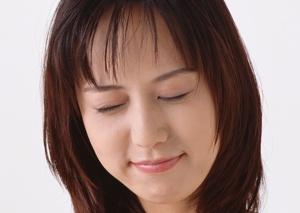 目を瞑る女性