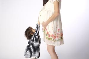 妊娠している母と子供