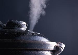 白い湯気が立つ鍋